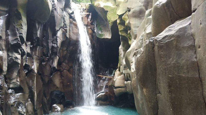 Curug Cikuluwung Disebut Mini Green Canyon, Diapit Dinding Batu Pancarkan Warna Air Eksotis