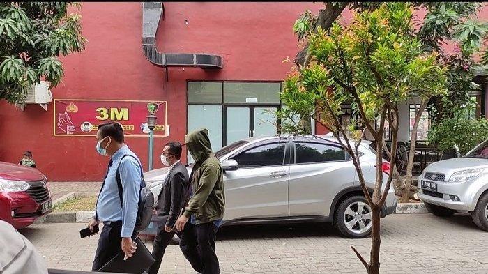 Terduga korban pelecehan di lingkungan kerja Komisi Penyiaran Indonesia (KPI) Pusat didampingi kuasa hukumnya Rony Hutahaean dan Reinhard Silaban mendatangi Rumah Sakit (RS) Polri Kramat Jati, Jakarta Timur, Senin (6/9/2021) untuk menjalani tes kejiwaan