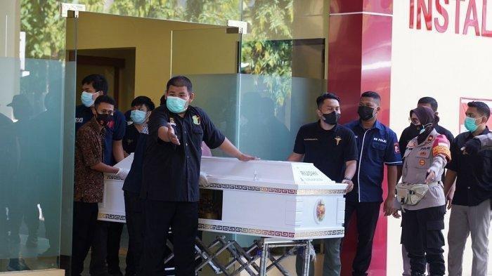 Dua jenazah narapidana atau Warga Binaan Pemasyarakatan (WBP) korban kebakaran di Lembaga Pemasyarakatan (Lapas) Kelas I Tangerang diserahterimakan kepada keluarga masing-masing, RS Polri Kramat Jati, Jakarta Timur, Jumat (10/9/2021)