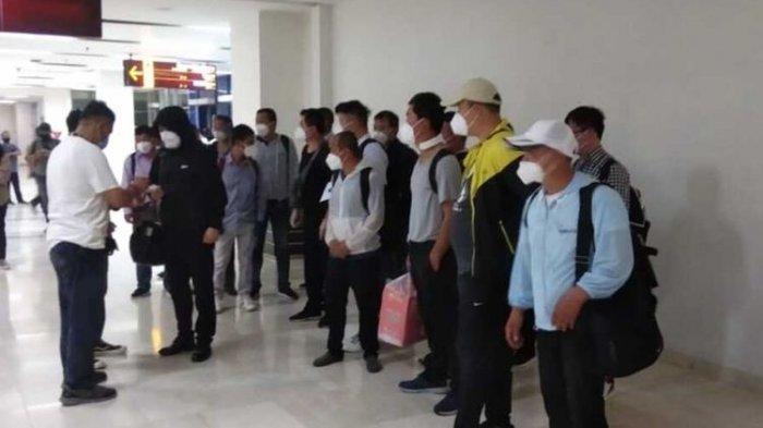 20 TKA asal Cina tiba di Bandara Internasional Sultan Hasanuddin, Makassar, Sabtu (3/7/2021) malam.