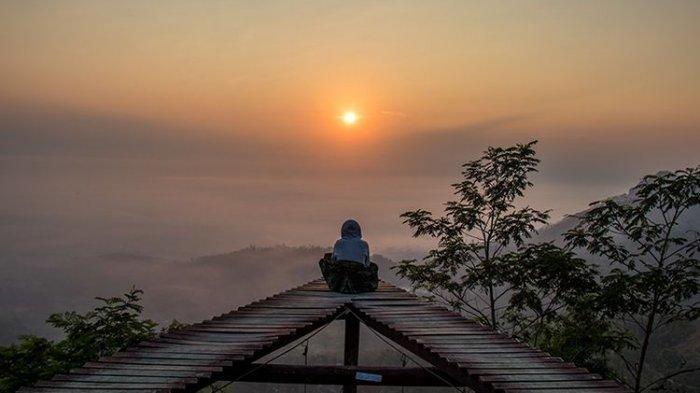 Suasana saat sunrise di Punthuk Mongkrong