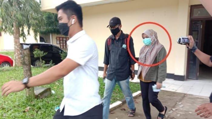 Detik-detik Andi Merya Nur keluar dari ruang pemeriksaan Polda Sultra, akan diberangkatkan ke Gedung KPK Jakarta