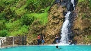 Air Terjun Bukit Gibeon dengan kolam pemandian yang berada dibawah aliran air terjun