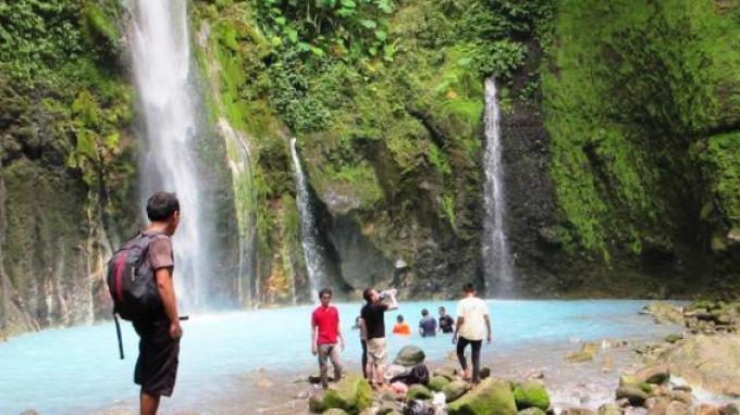 Para pengunjung sedang berada di kawasan Air Terjun Dua Warna Sibolangit Kabupaten Deli Serdang, Sumatera Utara.
