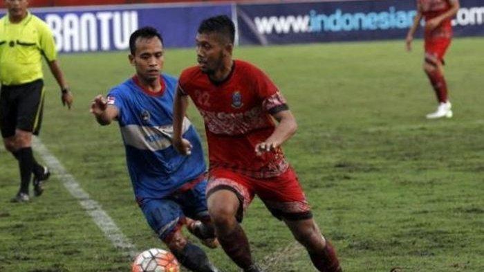 Striker Perseden, Andika Dian Asruri (kanan) mencoba melewati satu pemain belakang Persiku pada semifinal Liga Nusantara 2016 di Stadion Sultan Agung, Bantul, Selasa (6/12/2016)
