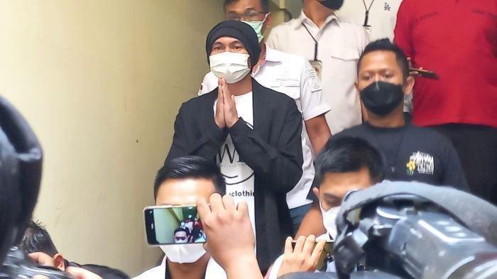 Anji-Manji-dihadirkan-polisi-saat-akan-menjalani-pemeriksaan-kesehatan.jpg