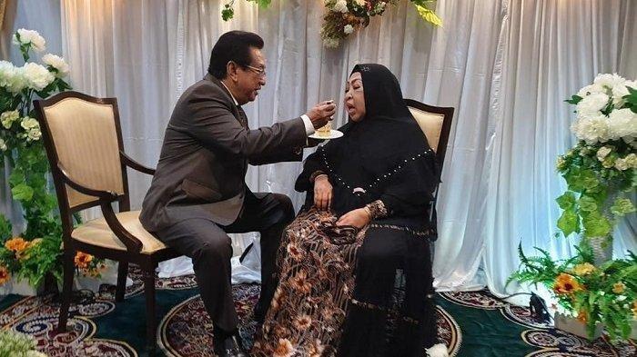 Anwar Fauady sedang menyuapi sang istri, Farida Fuady