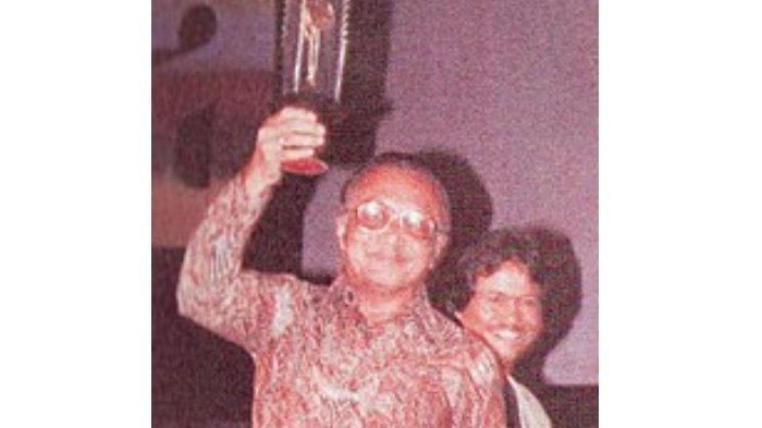 Asrul Sani saat menerima Piala Citra untuk Skenario Terbaik FFI 1982.