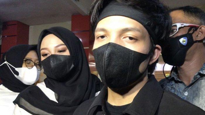 Atta Halilintar bersama Aurel Hermansyah ditemui awak media di Mapolres Metro Jakarta Selatan pada Jumat (17/9/2021) malam.