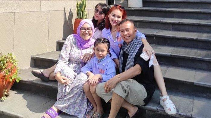 Ayu Ting Ting saat berlibur dengan keluarganya.