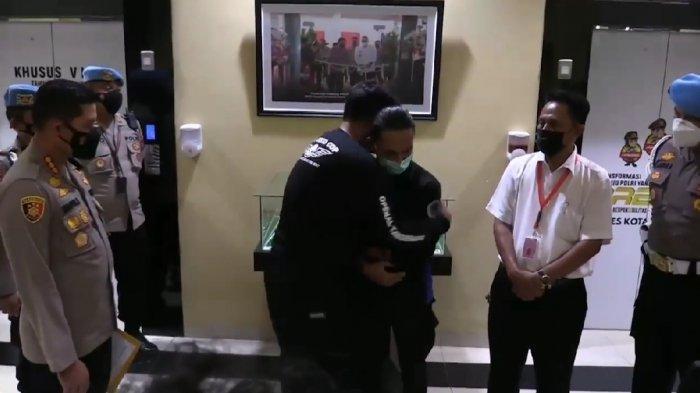 Brigadir NP meminta maaf dan memeluk Faris, mahasiswa yang dibantingnya.
