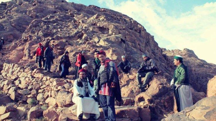 Pengunjung sedang melakukan pendakian ke Bukit Tursina