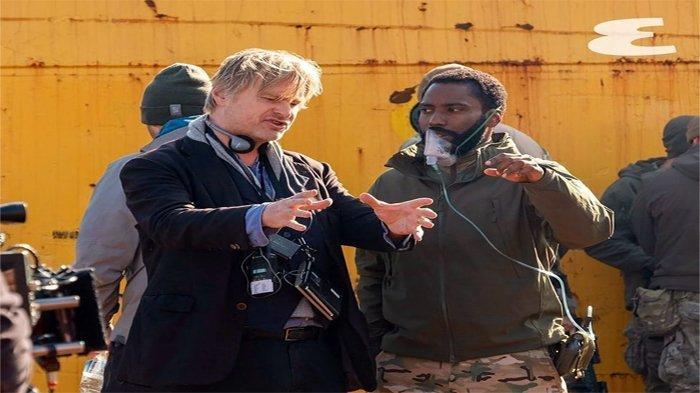 Christoper Nolan saat memberikan arahan pada John David Washington dalam film 'Tenet' (2020)