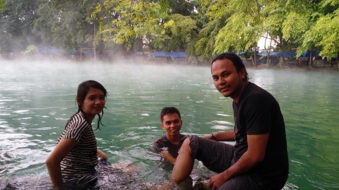 Wisatawan ini terlihat menikmati nuansa air panas yang ada di Danau Linting, Deli Serdang, Sumatera Utara.