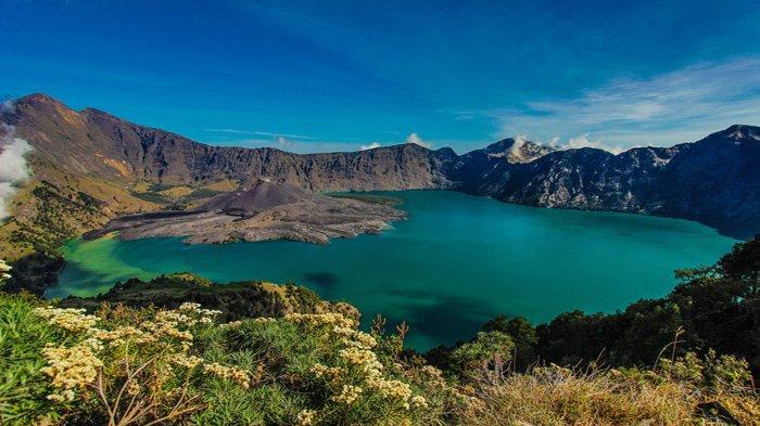 Danau di kawah Gunung Rinjani