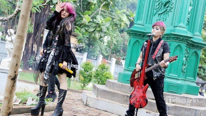 Band duo The Virgin yang beranggotakan Mitha dan Dara saat membuat video klip single ketiga mereka dari album ke-2 yang bertajuk Bungkam di Museum Taman Prasasti , Jakarta Pusat, Sabtu (23/1/2016). Konsep video klip nya bergaya Gothic dan mereka pun rela harus kembali mengubah warna rambut.