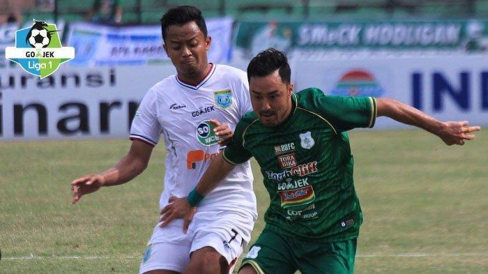 Duel Pemain Persela Dio Permana dan Shohei Matsunaga di laga PSMS Medan Vs Persela Lamongan di stadion Teladan Medan, Jumat (21/9/2018).
