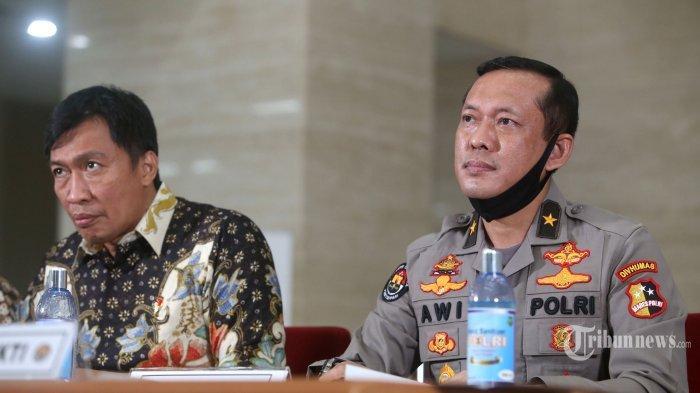 Direktur Tindak Pidana Siber Bareskrim Polri, Brigjen Pol Slamet Uliandi (kiri) bersama Karopenmas Divhumas Polri, Brigjen Pol Awi Setiyono memberikan keterangan kepada wartawan terkait pengungkapan penyebaran berita bohong (hoax) di Bareskrim Polri, Jakarta Selatan, Jumat (3/7/2020).