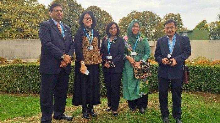 Dr. Novilia Sjafri Bachtiar, dr., M.Kes. (baju hijau)