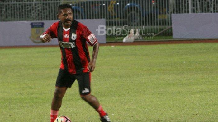 Eduard Ivakdalam beraksi di Stadion Mandala Jayapura dalam laga Persipura All Star melawan Bhayangkara All Star, Kamis (14/12/2017).