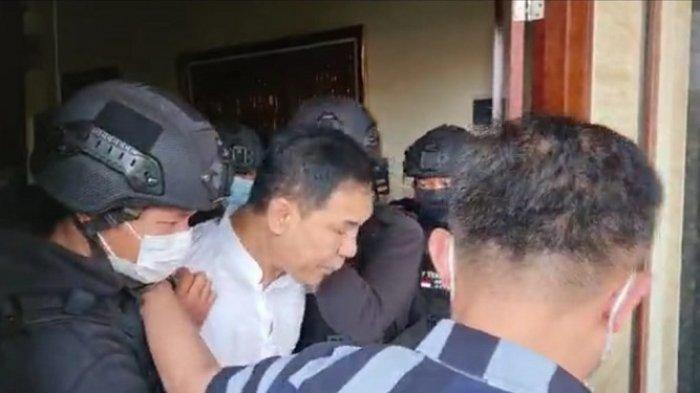 Eks-Sekretaris-Umum-FPI-Munarman-ditangkap-Densus-88-Antiteror-Polr.jpg