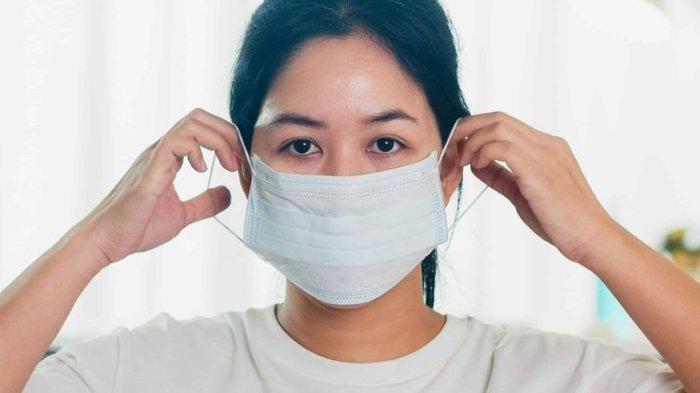 ILUSTRASI - Memakai masker sebagai salah satu bentuk penerapan protokol kesehatan guna menghambat penularan COVID-19