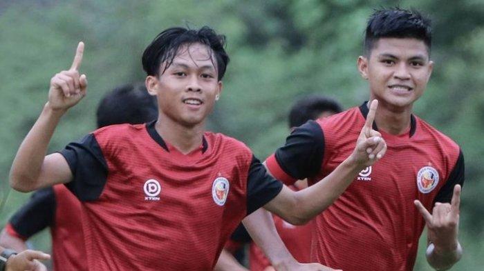 Firman Juliansyah (kiri) bersama Genta Alparedo saat berlatih bersama tim Semen Padang FC.