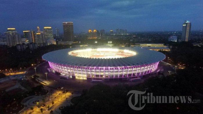 Lampu-lampu di Stadion Utama Gelora Bung Karno, Senayan, Jakarta Pusat, diuji coba, Kamis (11/1/2018). Pada Minggu (14/1) stadion ini akan diuji coba dalam pertandingan timnas Indonesia vs Eslandia.
