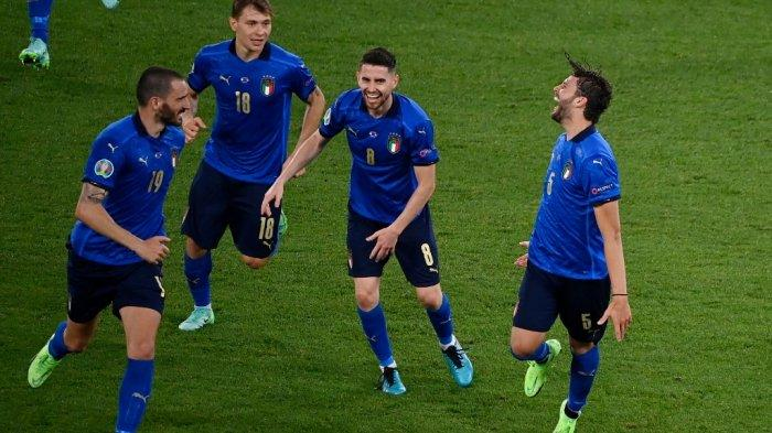 Gelandang-Italia-Manuel-Locatelli-kanan-EURO-2020.jpg