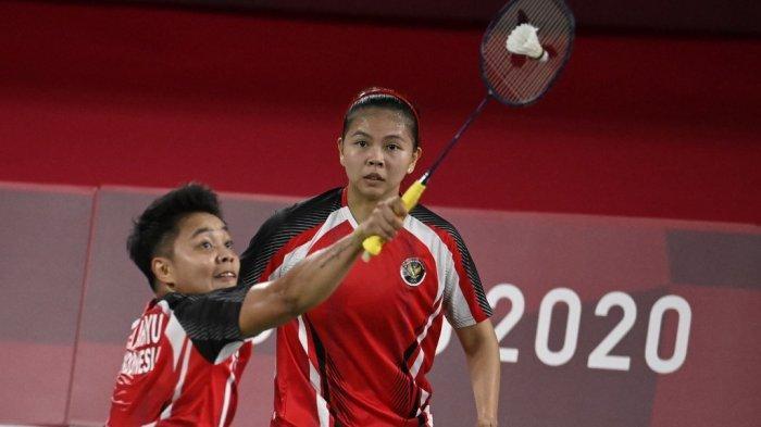Greysia Polii (tengah) dari Indonesia menyaksikan Apriyani Rahayu melakukan pukulan dalam pertandingan penyisihan grup bulu tangkis ganda putri melawan Lee Meng Yean dari Malaysia dan Chow Mei Kuan dari Malaysia selama Olimpiade Tokyo 2020 di Musashino Forest Sports Plaza di Tokyo pada 24 Juli, 2021.