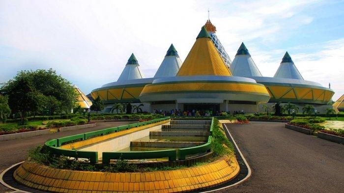 Halaman-depan-Museum-Purna-Bakti-Pertiwi-di-Halaman-Komplek-Taman-Mini-Indonesia-Jakarta.jpg