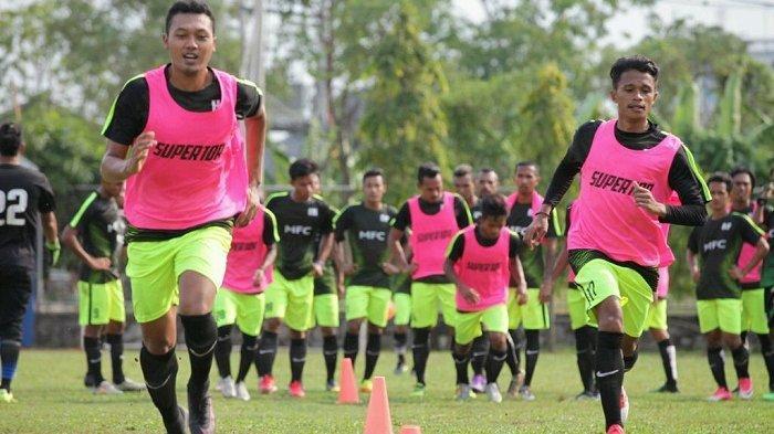Haris Hardiansyah (kiri) saat mengikuti aktivitas latihan bersama Martapura FC, .