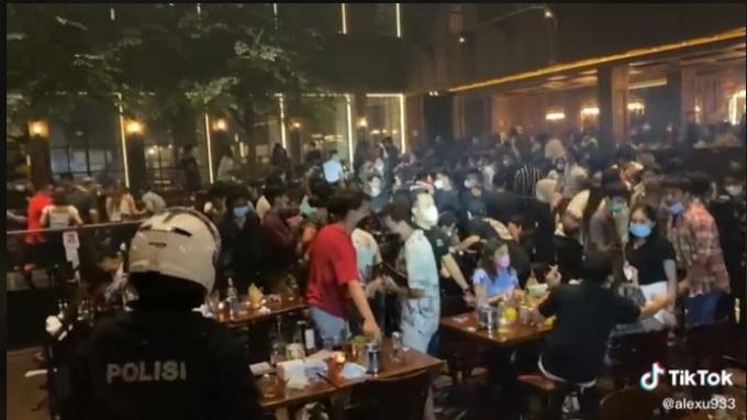 Kerumunan pengunjung di Holywings Kemang, Jakarta Selatan.