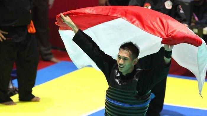 Pesilat Iqbal Chandra Pratama selebrasi setelah berhasil meraih medali emas di Asian Games 2018.