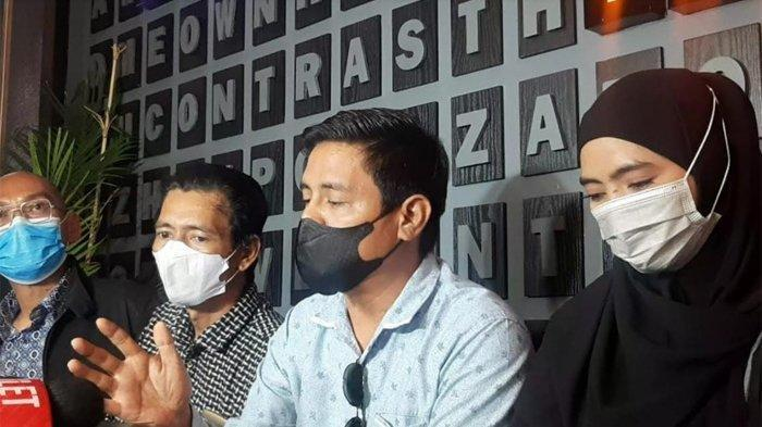 Istri siri Mansyardin Malik, Marlina Octoria bersama keluarga dan tim kuasa hukumnya ditemui di kawasan Senopati, Jakarta Selatan, Minggu (12/9/2021).