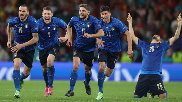 (Dari kiri) Bek Italia Leonardo Bonucci, penyerang Italia Andrea Belotti, penyerang Italia Domenico Berardi, gelandang Italia Matteo Pessina dan pemain belakang Italia Rafael Toloi merayakan kemenangan setelah memenangkan pertandingan sepak bola semifinal UEFA EURO 2020 antara Italia dan Spanyol di Stadion Wembley di London pada 6 Juli 2021.