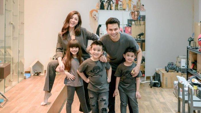 Jonathan Frizzy bersama Dhena Devanka dan anak-anaknya