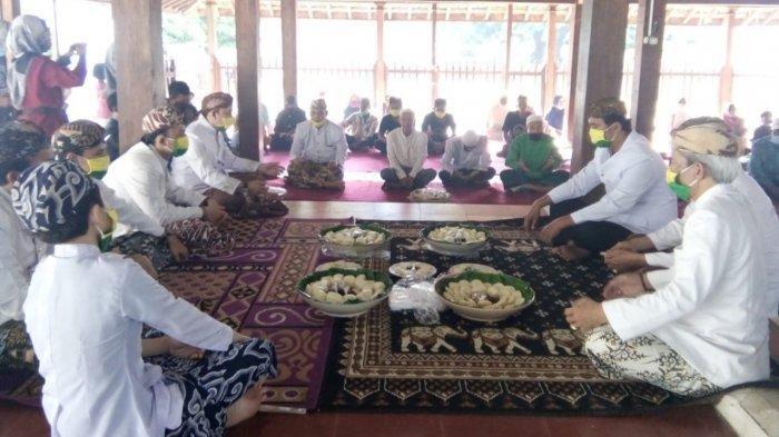 Keluarga besar Keraton Kanoman saat berdoa bersama sebelum menikmati apem dalam tradisi rebo wekasan di Bangsal Paseban Keraton Kanoman, Kecamatan Lemahwungkuk, Kota Cirebon, Rabu (14/10/2020).