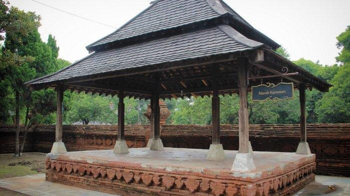 Terletak pada Kompleks Siti Hinggil, Mande Karasemen dahulu digunakan sebagai tempat bersantai keluarga keraton