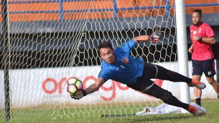 Kiper Ketiga Borneo FC, David Ariyanto saat berlatih di Stadion Segiri, Samarinda, Kalimantan Timur.