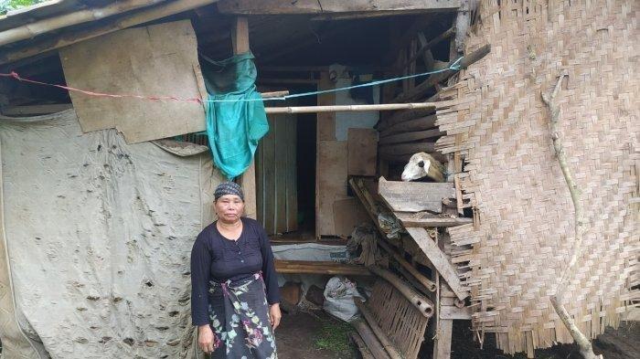 Kokom-seorang-nenek-di-Cianjur-tinggal-satu-atap-dengan-domba-karena-dua-kali-rumahnya-dibakar.jpg