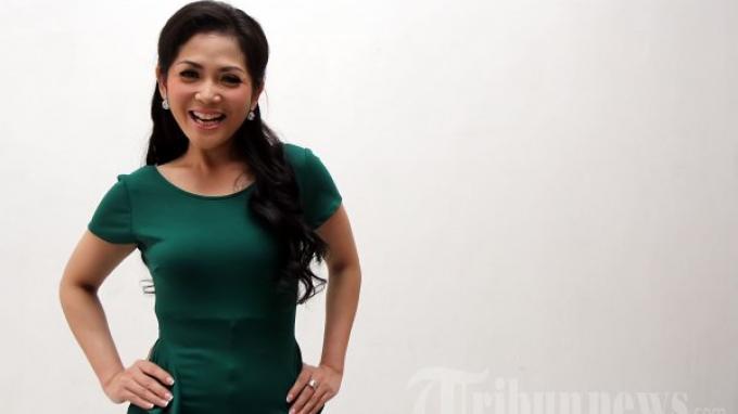 Penyanyi dangdut, Kristina Iswandari atau Kristina saat melakukan syuting pembuatan video klip untuk lagunya yang berjudul 'Duren Sawit (Duda Keren Sarang Duit)' di Jalan Bangka 2 No 17, Jakarta Selatan, Senin (15/10/2012).