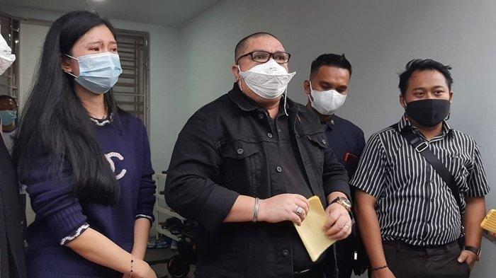 Kuasa hukum Dokter Richard Lee, Razman Arif Nasution, saat memberikan keterangan terkait penangkapan kliennya, Rabu (11/8/2021), di kediaman Richard Lee, Palembang, Sumatera Selatan.