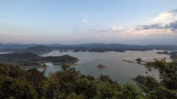 Lanskap danau buatan dari Puncak Kompe di Desa Koto Masjid, Kampar, Riau