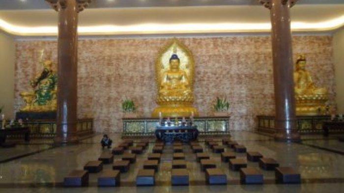 Ruang peribadatan Maha Vihara Adhi Maitreya