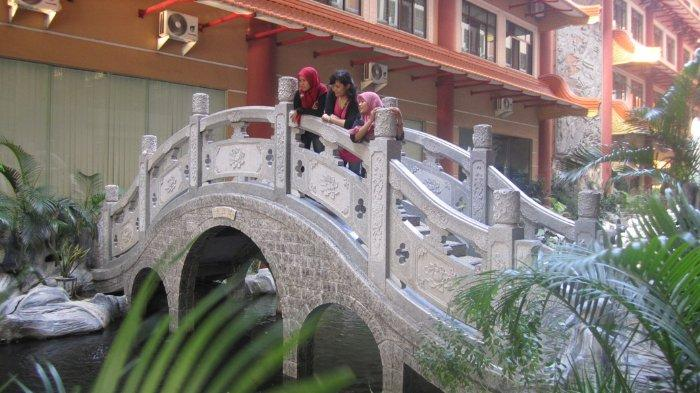 Pengunjung berfoto di kawasan Maha Vihara Adhi Maitreya, Medan, Sumatera Utara