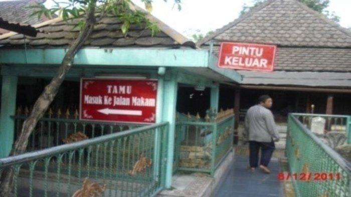 Pengunjung sedang berada di kompleks Makam Sunan Giri