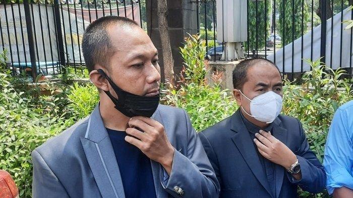 Mansyardin Malik (kanan), ayah Taqy Malik, melaporkan balik Marlina Octoria ke Polda Metro Jaya, Rabu (22/9/2021), terkait dugaan pencemaran nama baik dan tindakan fitnah. Marlina Octoria adalah mantan istri siri ayah Taqy Malik itu.