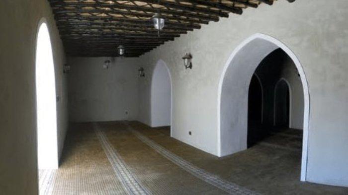 Bagian dalam Masjid Jawatha, Arab Saudi