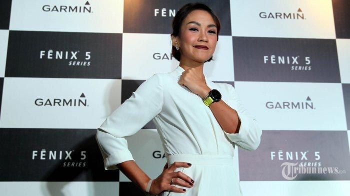 Mantan Putri Indonesia 2002 Melanie Putria menunjukan jam Garmin dalam peluncuran Garmin Fenix 5 Series, di Jakarta, Selasa (4/4/2017). Setelah menikah dan mempunyai anak, Melanie Putria tetap melakukan aktivitas olahraga khususnya lomba lari.